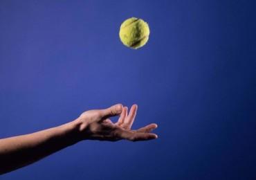 tennisball-im-flug-95fd88f5-e5c7-45fe-bbd1-fd940143e1a7
